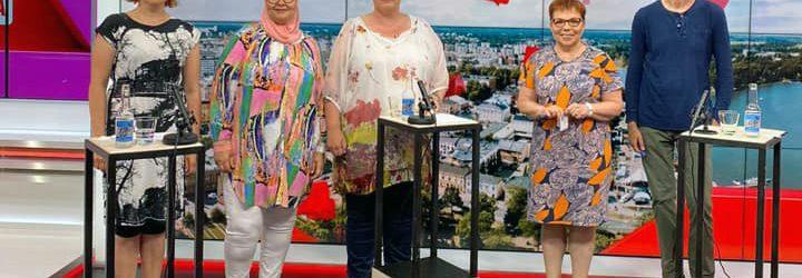 Kuva MTV3-studioilta, vasemmassa reunassa Anna-Mari Rosenlöf, Eveliina Lafghani, Raisa Omaheimo, Merja Mäkisalo-Ropponen ja Juha Hurme.