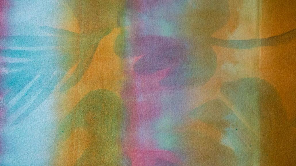 Taideteos, jossa on taustalla suuria, läpikuultavia kasvin lehtiä. Teoksen värit ovat keltainen, vaaleanpunainen, liila, sininen ja vihreä. Värit ovat läpikuultavia ja murrettuja. Teoksessa on rauhallinen ja harmoninen tunnelma.
